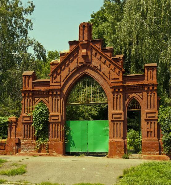 Ворота на старой части кладбища