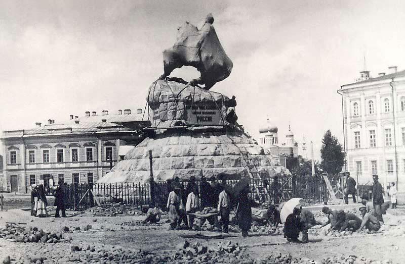 Установка памятника Богдану Хмельницкому