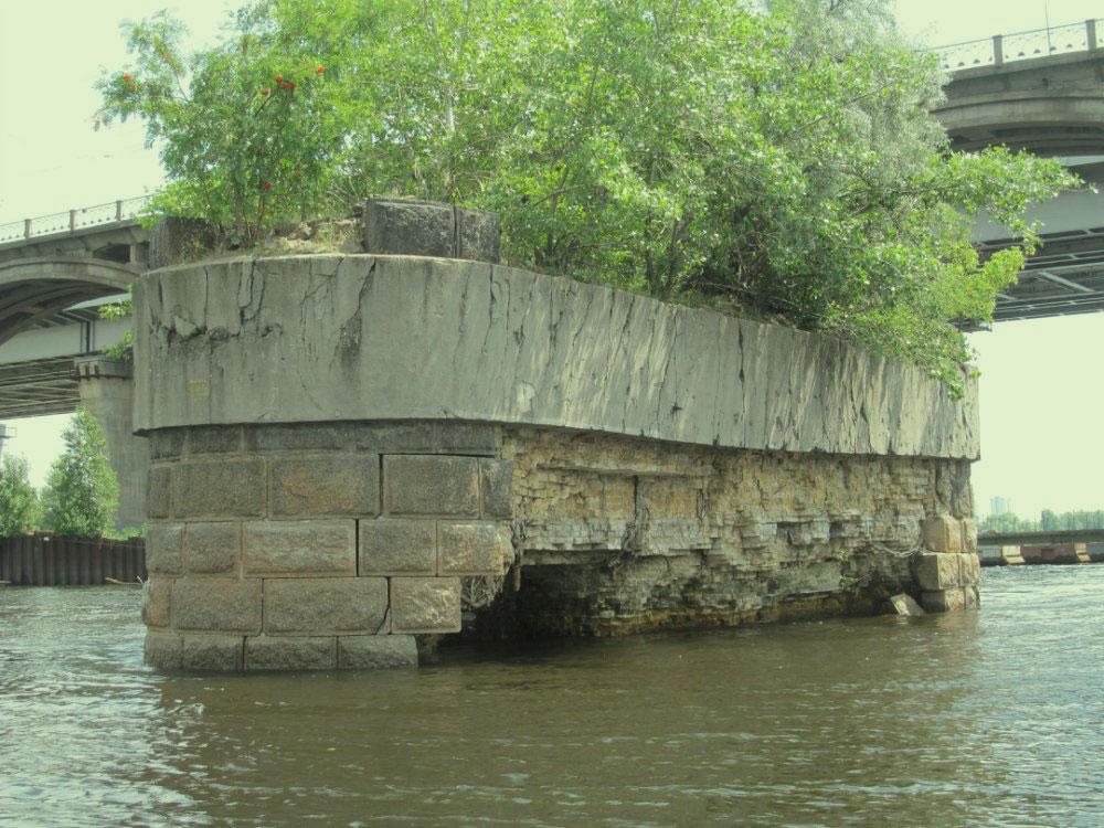 На опорах бывшего моста Струве растут дервеья