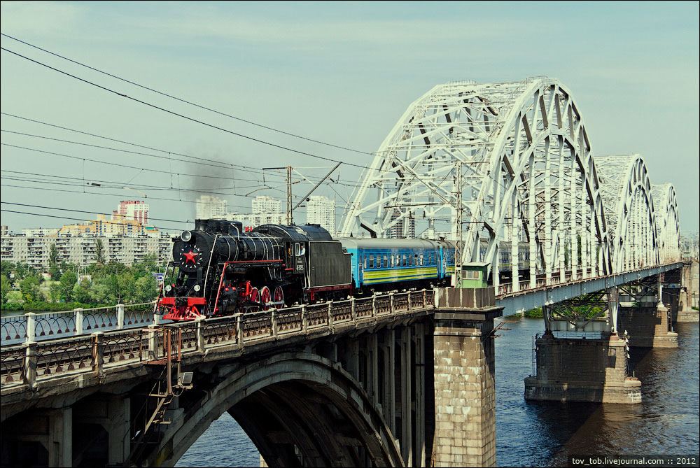 Ретро-поезд едет через старый Дарницкий мост