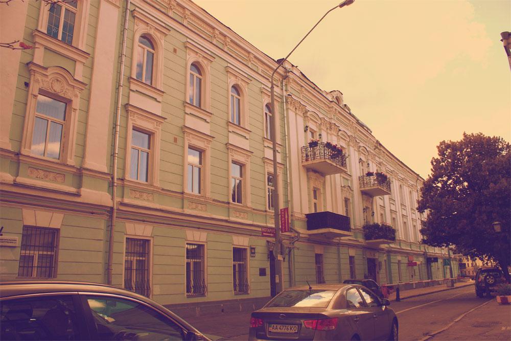 Дом-обманка с фасада