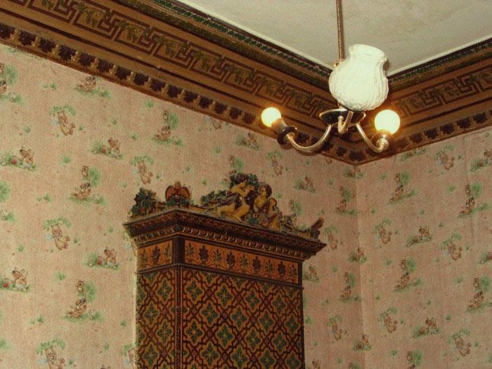 Ещё один камин и лепка на потолке
