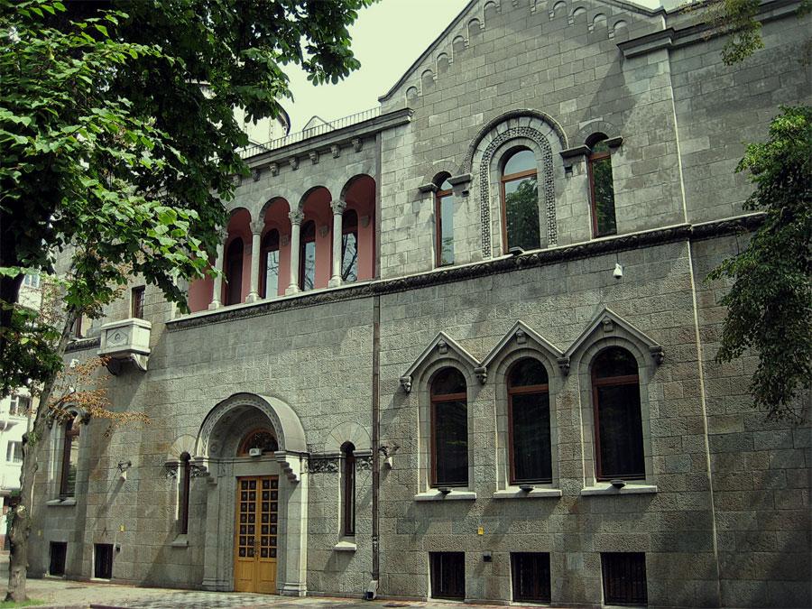 Здание напоминает церковь