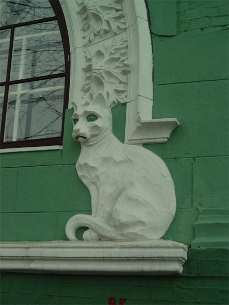Котик на фасаде