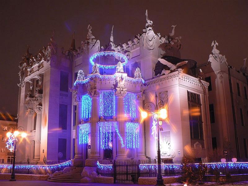 Дом с химерами ночью
