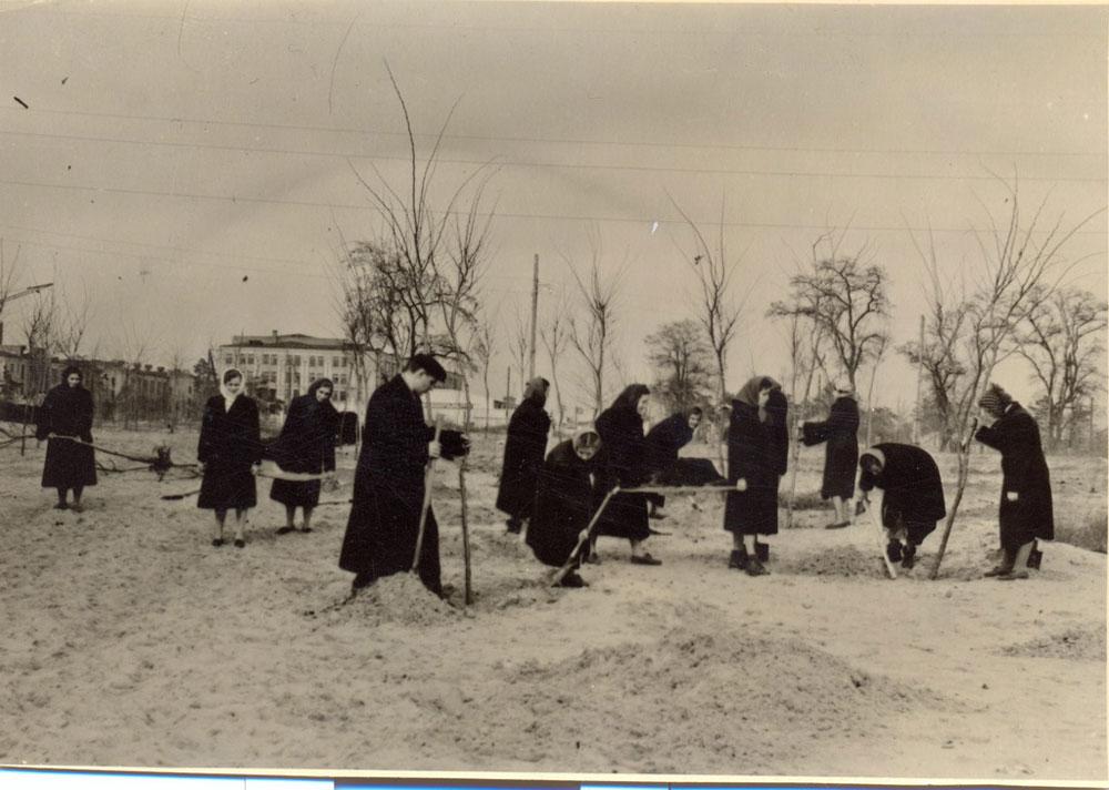 Работники ДШК на воскреснике при закладке парка им. 6-й пятилетки неподалеку от предприятия. 1956 год