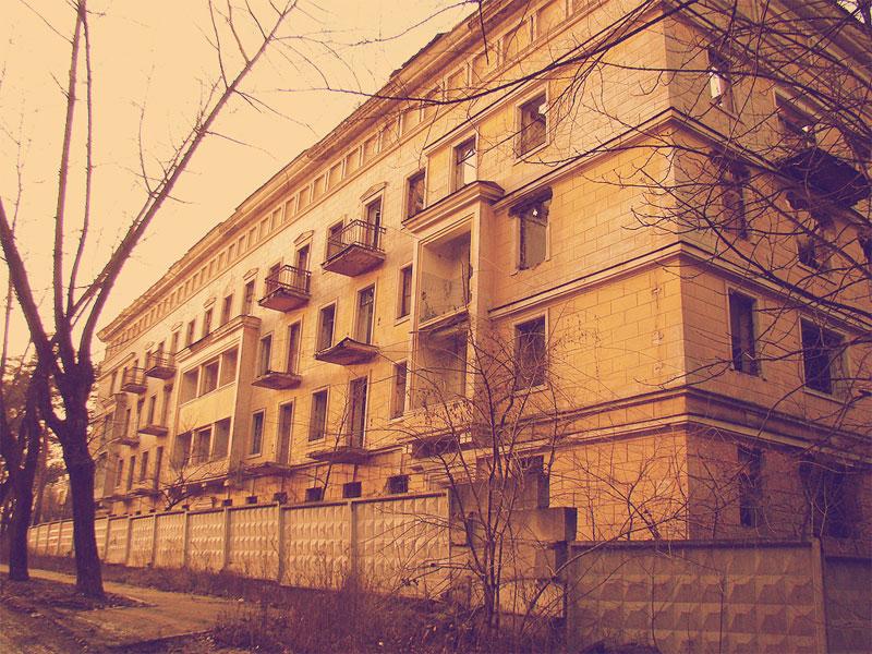 Разрушенный многоквартирный дом