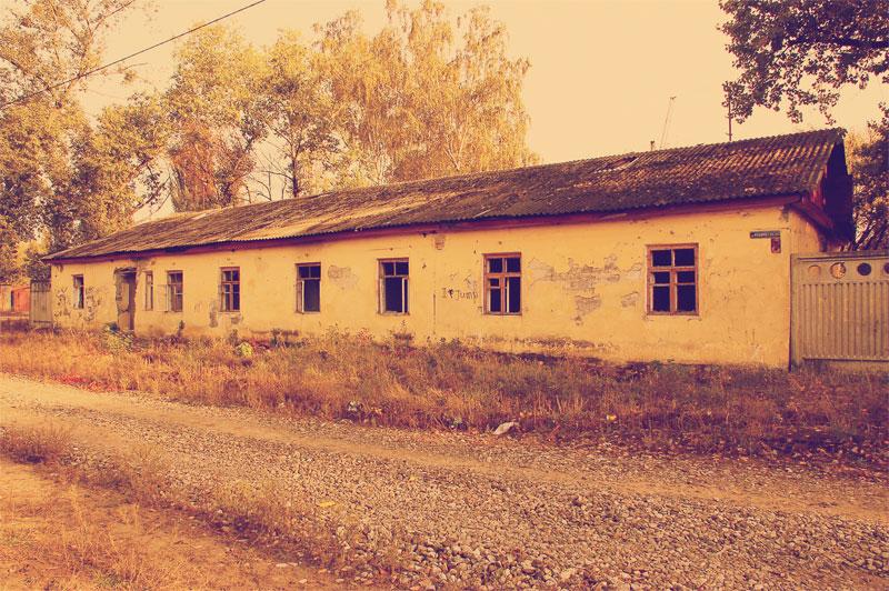 Старые бараки рабочих завода