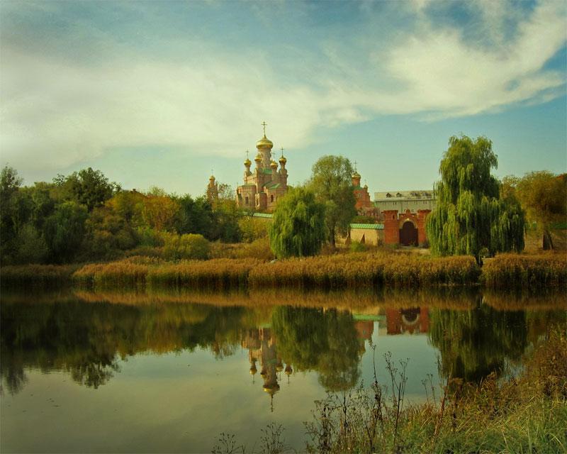 Вид с озера на монастырь