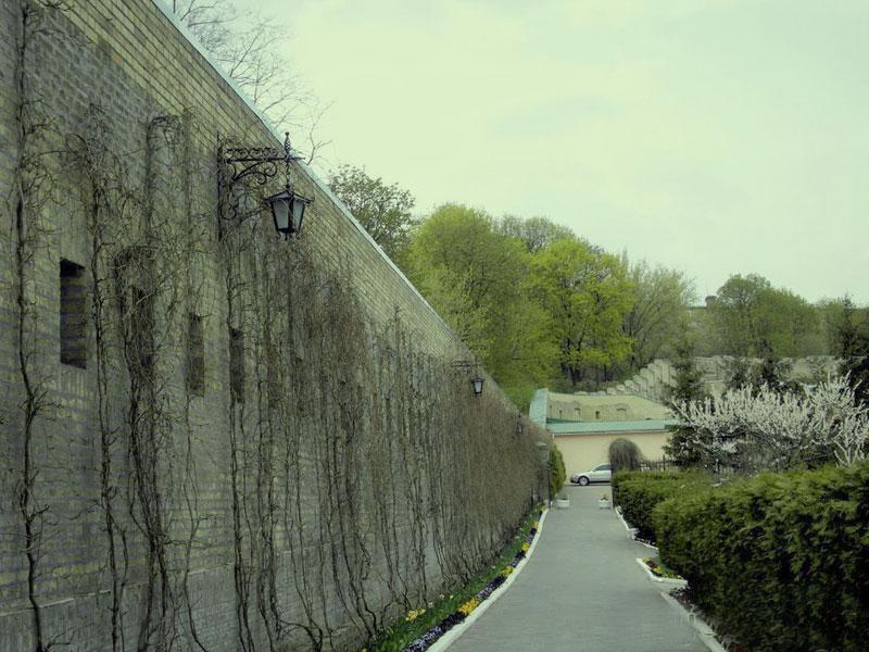 Оборонная стена вокруг Дальних и Ближних пещер