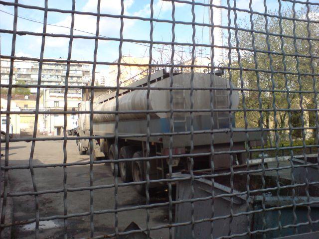 Молоковоз на территории уже недействующего завода