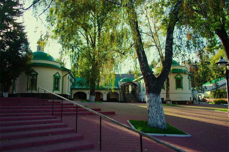 Во дворике монастыря