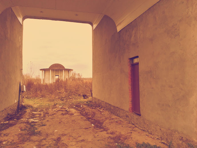Проезд/проход на кладбище, вид на поминальный зал