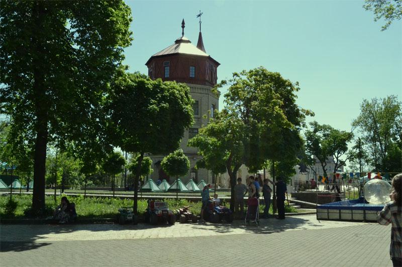 Музей воды, сзади - театр кукол