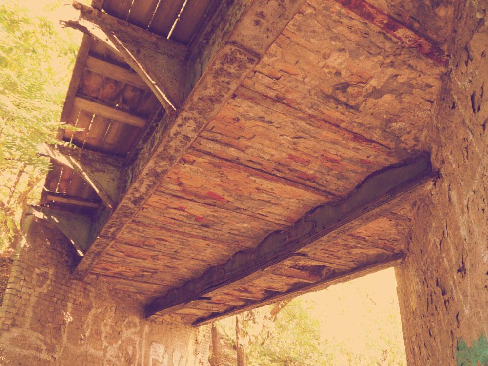 Кудрявский мост, вид снизу - видно кирпичи и стальные балки с заклепками