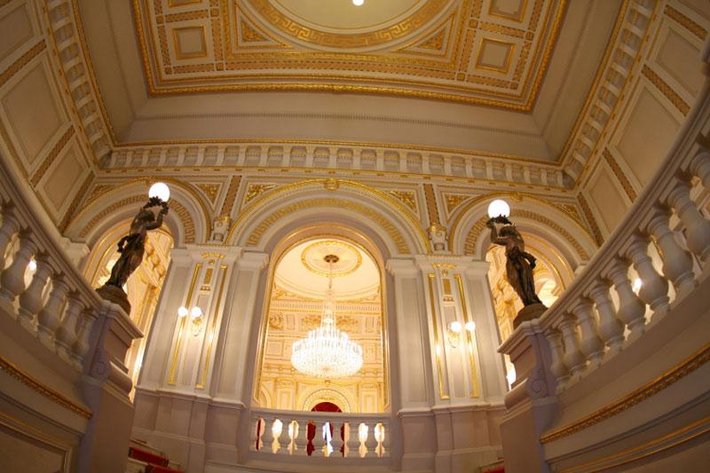 Внутри дворца на первом этаже