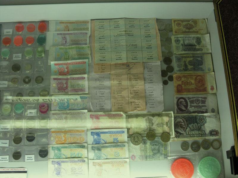 Деньги и жетоны для проезда