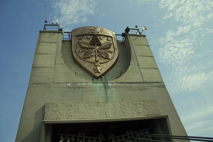 Герб Киева времен СССР на пилоне