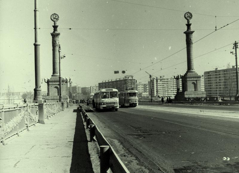 Автобус и трамвай на мосту Патона