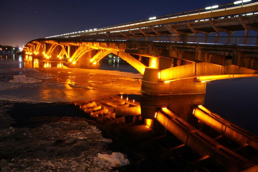 Мост метро вечером, вид со стороны Гидропарка
