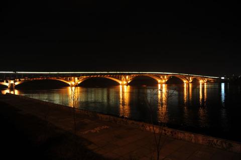 Мост метро ночью, вид с правого берега