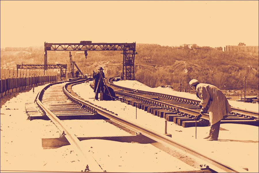Укладка рельс на мосту метро