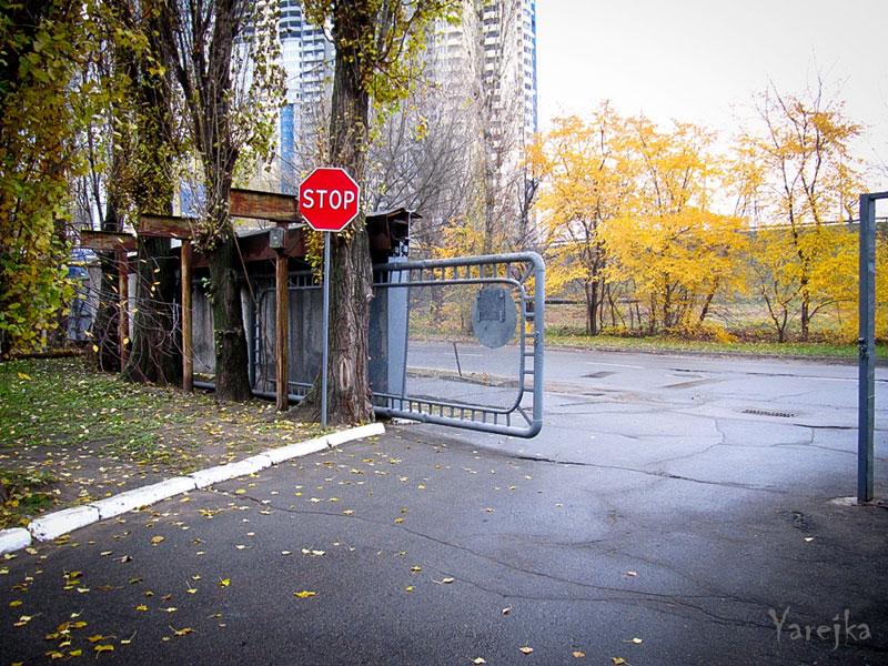 "Выход с территории, на фоне слева комплекс ""МегаСити"""