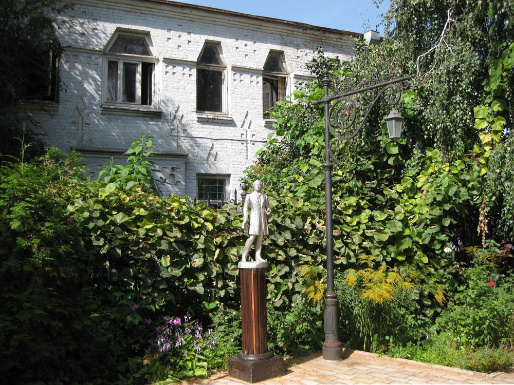 Скульптура Пушкина во дворе музея