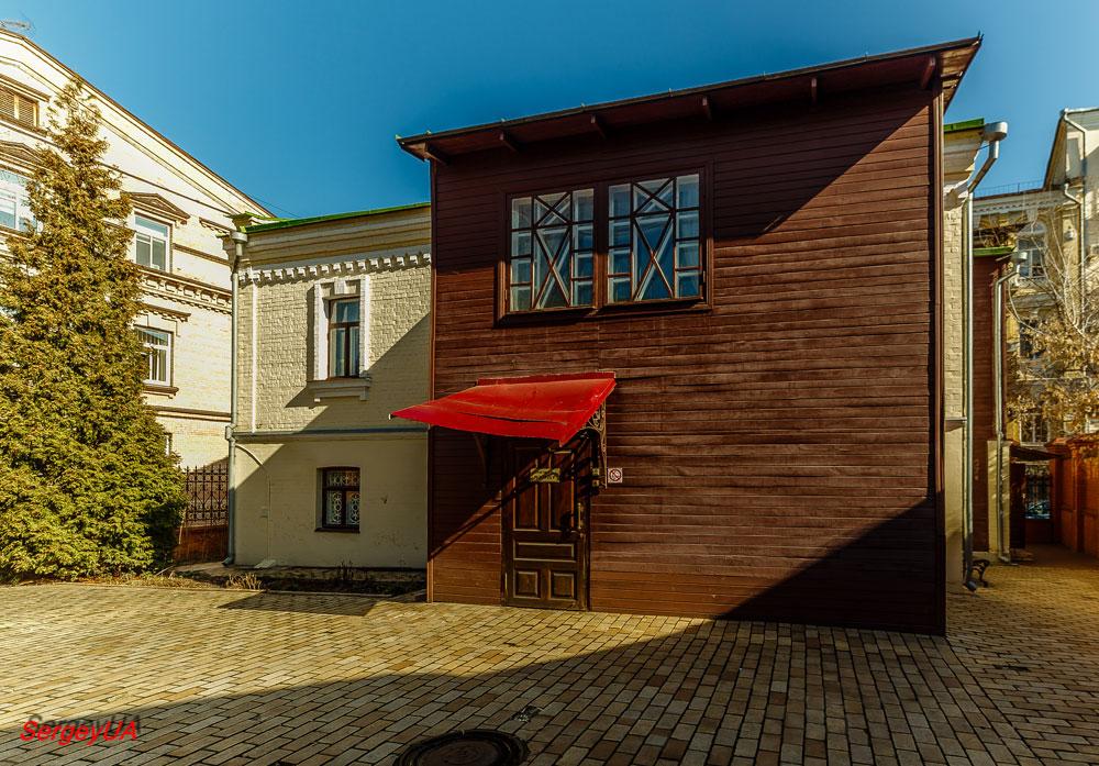 Во дворе музея Пушкина
