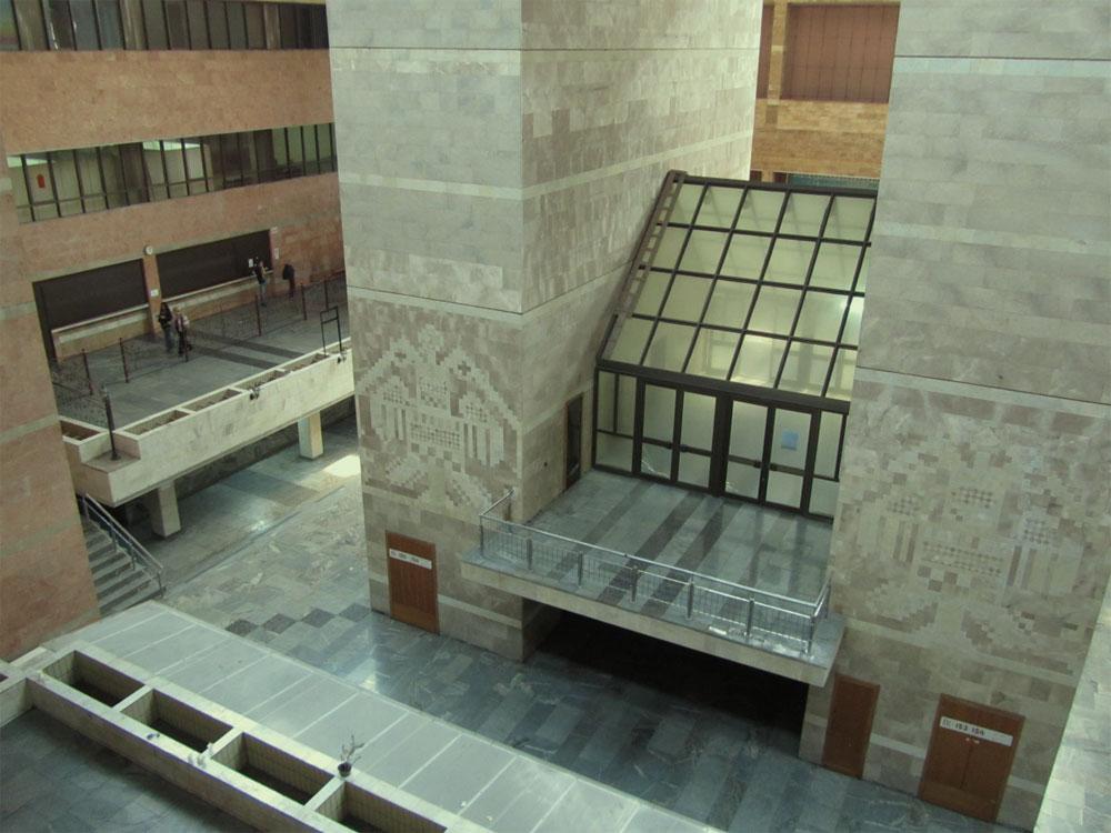 В холле здания телецентра
