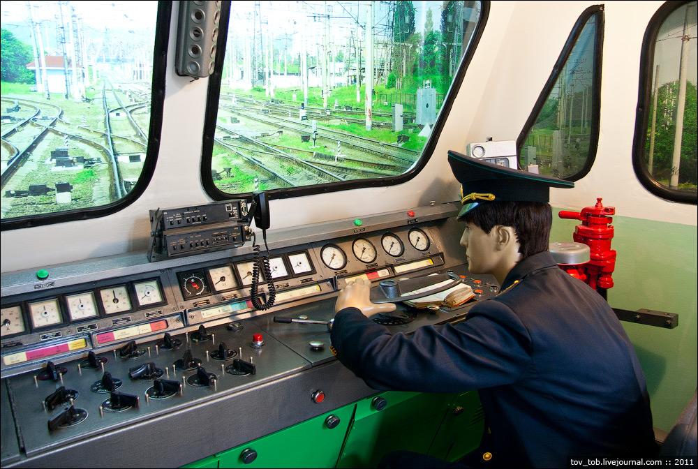 Импровизированная кабина с пультом управления от электровоза ЧС4