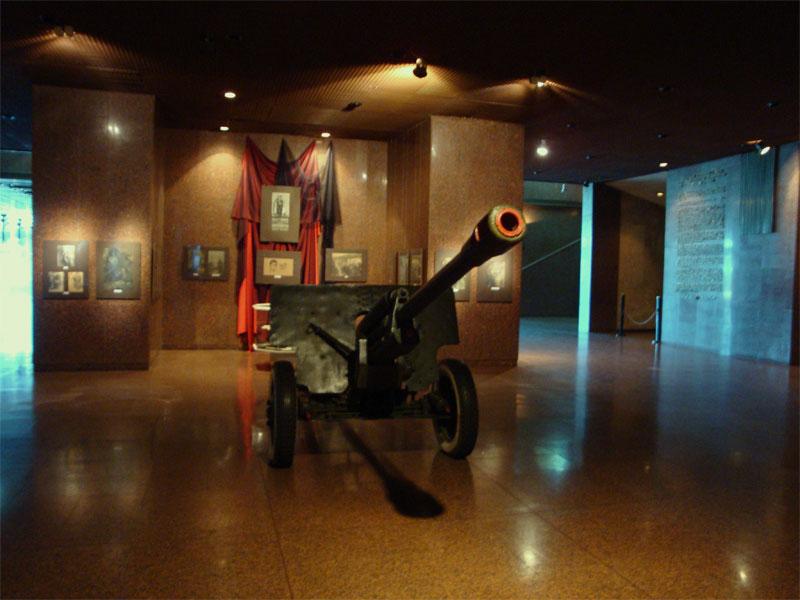 Пушка в вестибюле музея