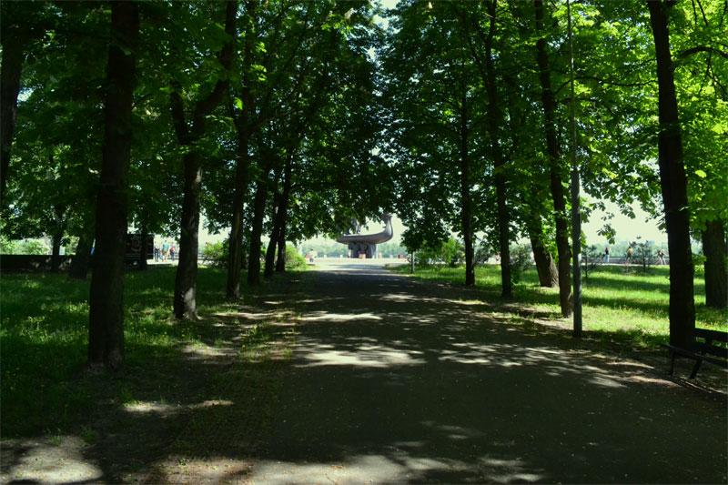 Аллея к памятнику основателям Киева