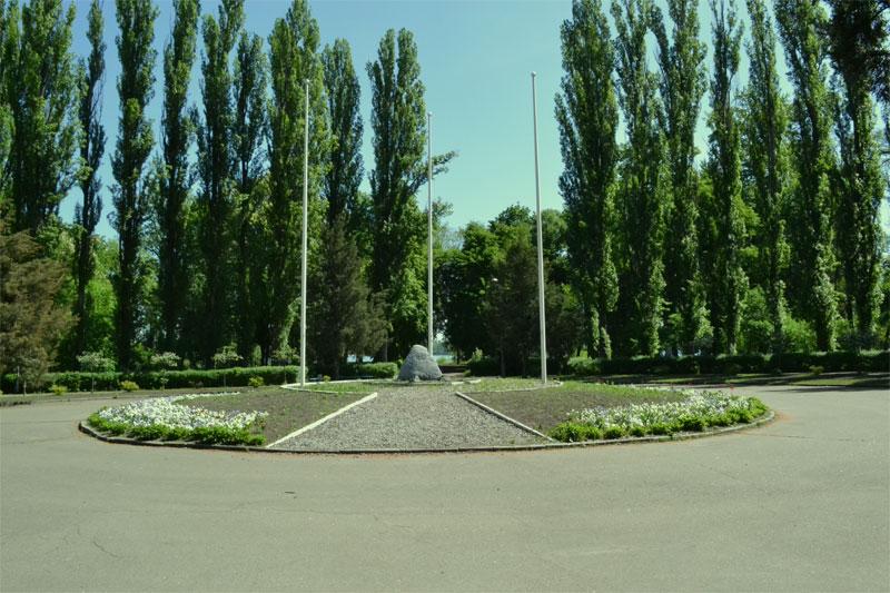 Клумба с памятником ООН
