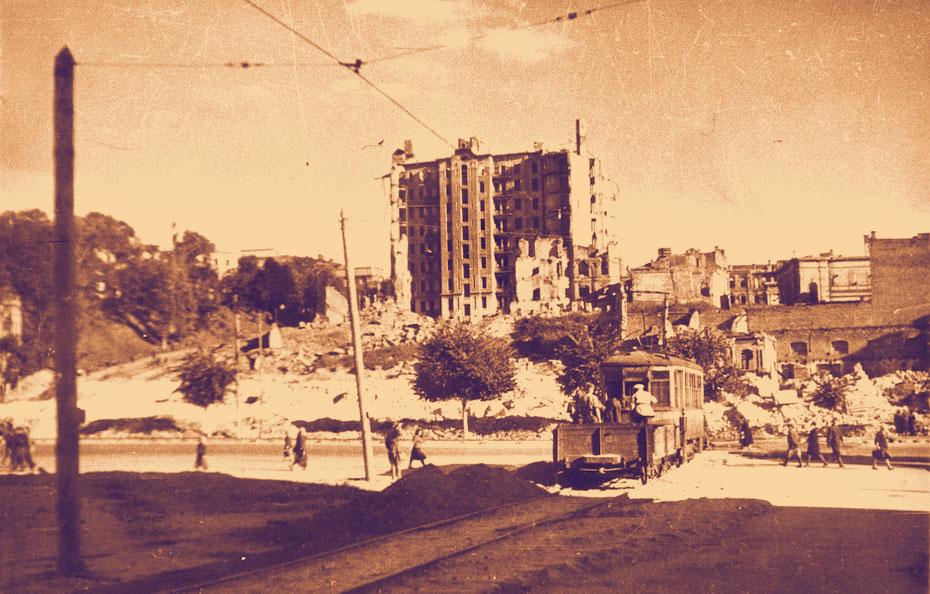 Майдан и разрушенный небоскреб