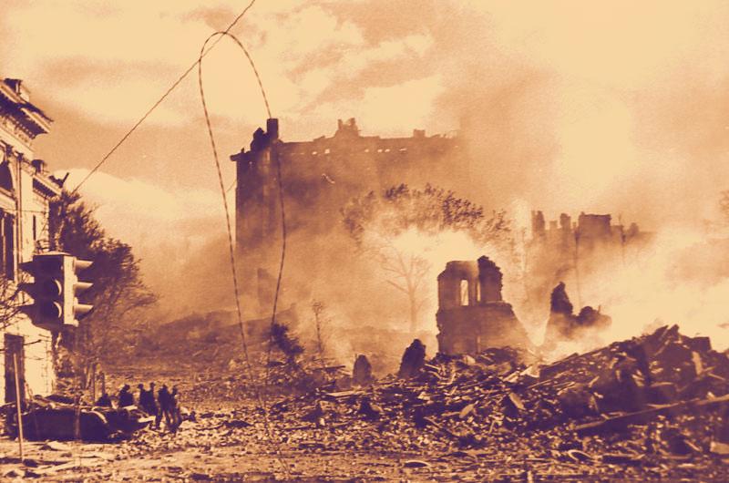 Небоскреб и Киев в руинах