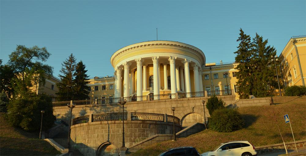 Октябрьский дворец, вид с Институтской