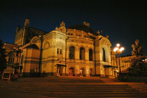 Здание оперы вечером