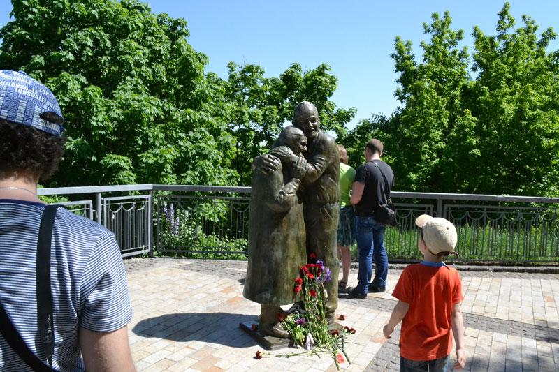Памятник привлек к себе много внимания