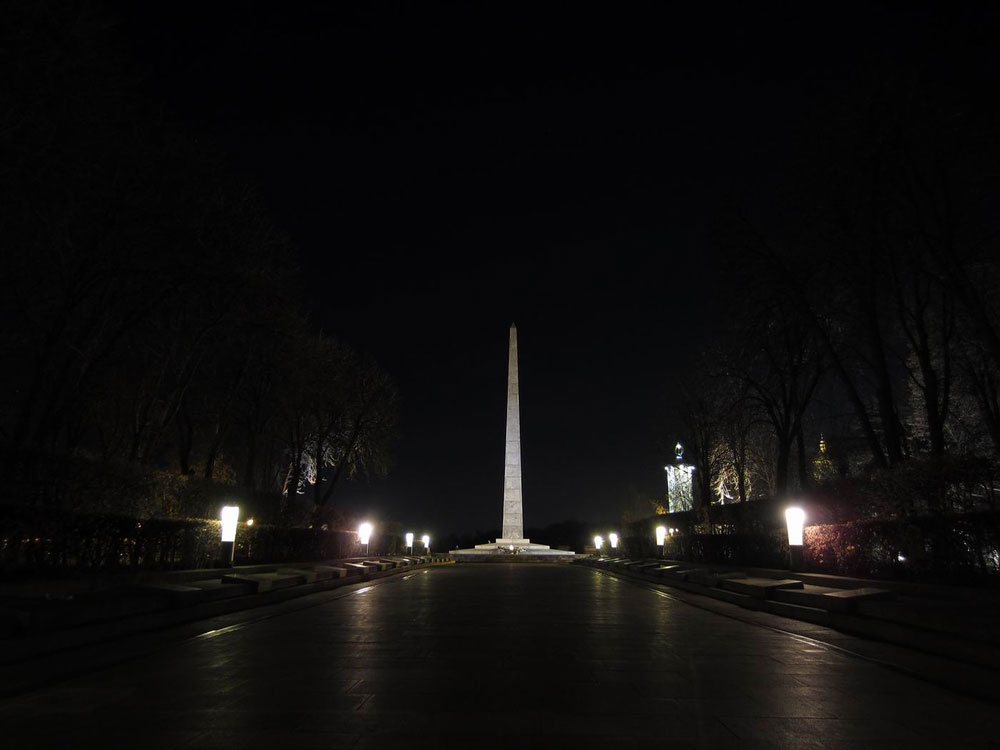 Памятник вечной славы и аллея падших героев ночью