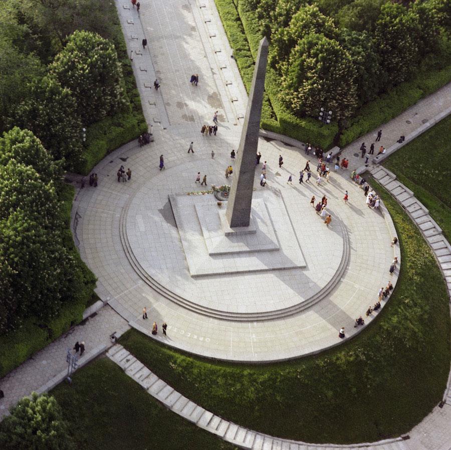 Памятник вечной славы и аллея падших героев вид сверху