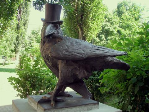 Памятник ворону