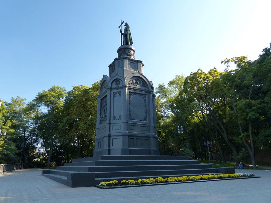 Памятник Владимиру Великому вид снизу