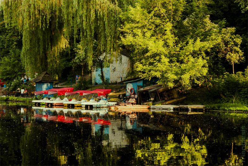 Летом на водоеме можно арендовать катамаран