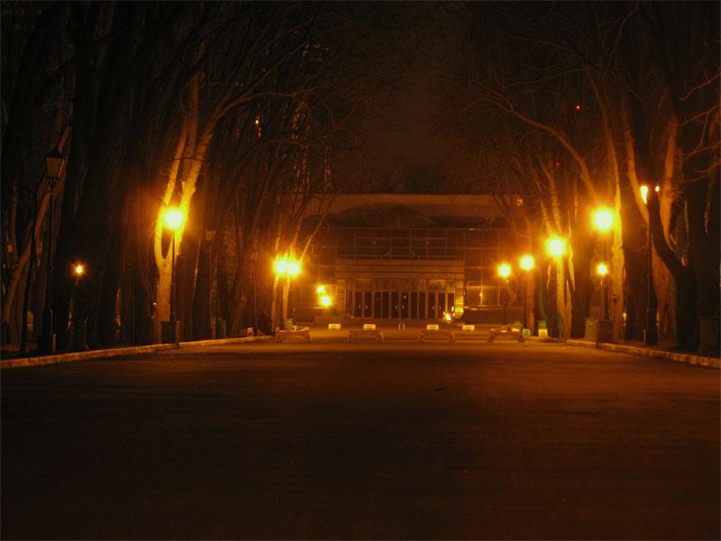 Вечерняя аллея к выставочному павильону