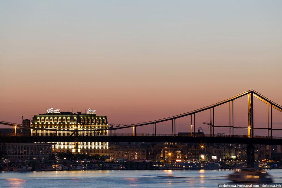 Пешеходный мост на закате