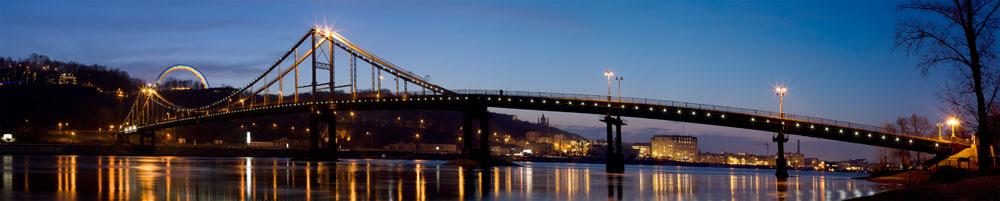 Панорама паркового пешеходного моста