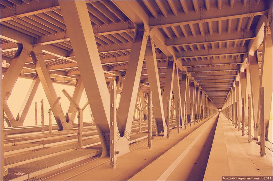 Внутри моста через Десенку