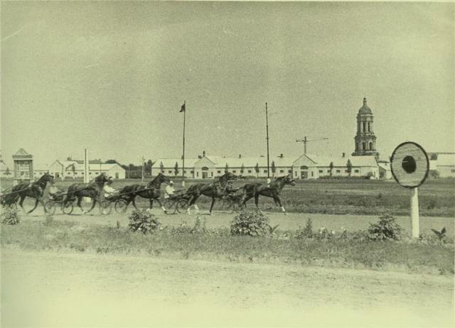 Ипподром, на фоне Лавра