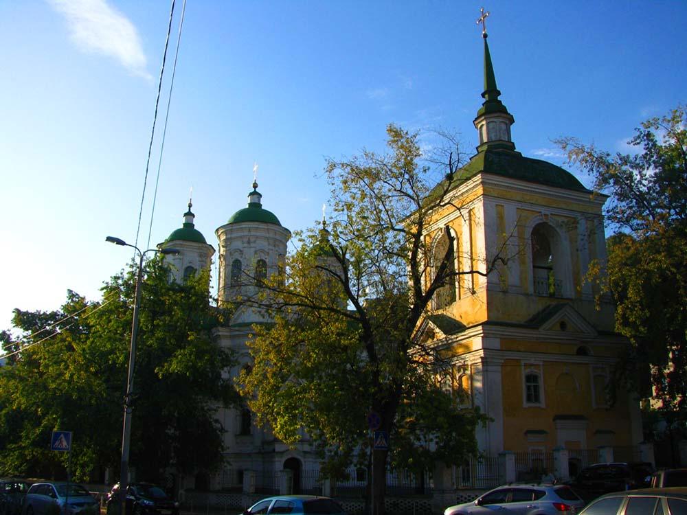 Колокольня и Покровская церковь вид с улицы